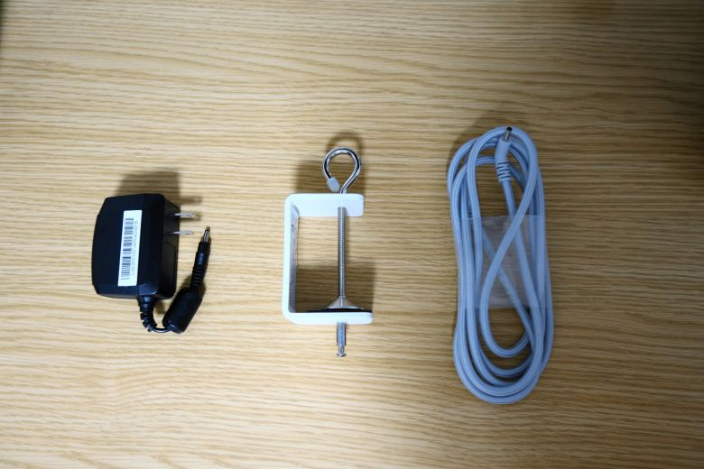 電源アダプタとクランプの画像
